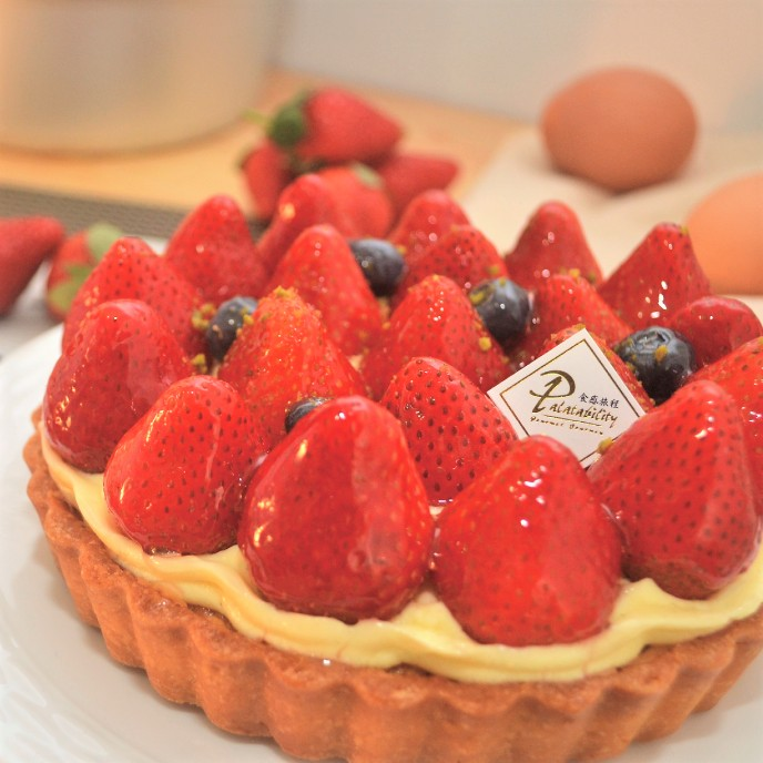 【食感旅程Palatability】草莓季推薦!!繽紛草莓塔 (6吋) 新鮮大湖草莓 X 精選智利藍莓 X 滑順自製卡士達酥脆塔皮 以及 法是經典杏仁餡 的完美搭配,再加入去籽酸櫻桃,使整體酸甜而不膩