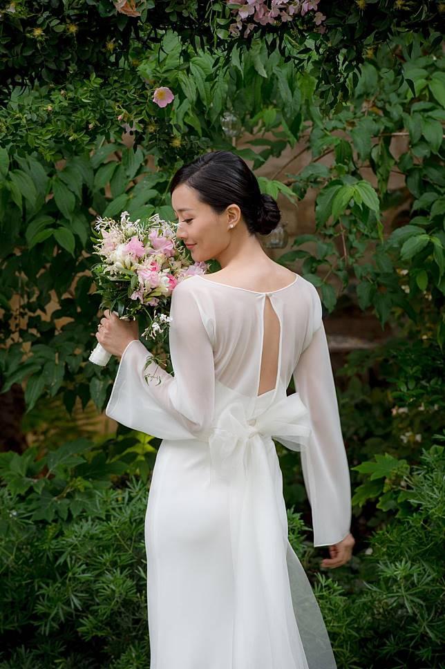 法拉一身白色簡約婚紗,盡展優雅高貴。