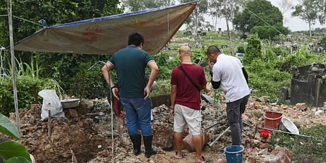 Penggalian makam di Singapura untuk kremasi (Strait Times)