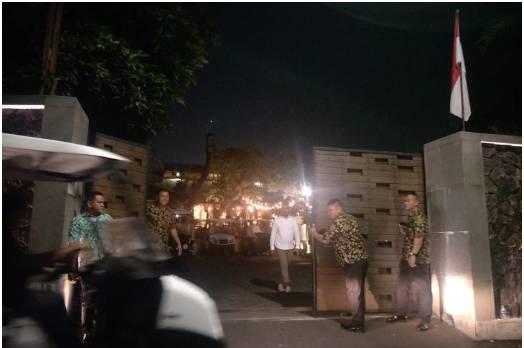 Situasi di depan lokasi pernikahan Glenn Fredly dan Mutia Ayu di Taman Kajoe, Ampera, Jakarta Selatan, Senin (19/8/2019). ((KOMPAS.com/DIAN REINIS KUMAMPUNG))