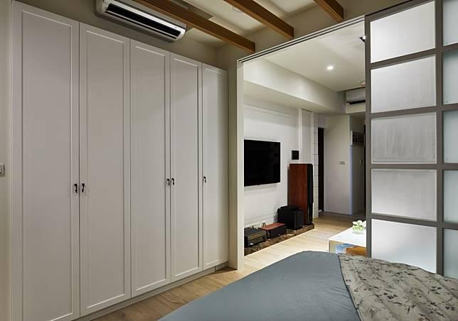 8. 垂直延伸的白色置物櫃