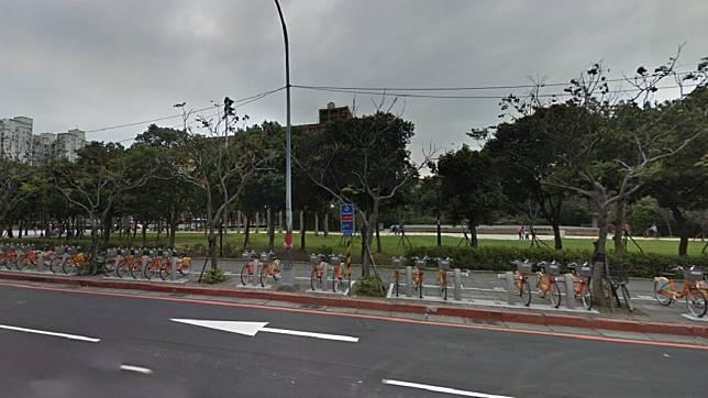 彭男被發現倒臥在車站附近的公園內。圖/Google Map