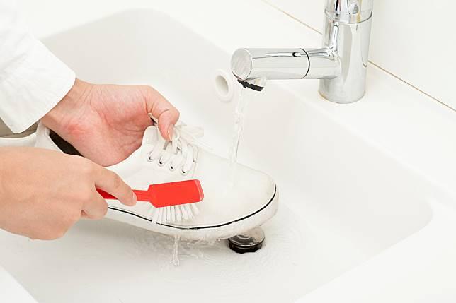 ▲想要省錢清洗布鞋,利用牙膏、小蘇打粉或白醋,就能讓髒鞋潔白如新。(圖/信義居家提供)