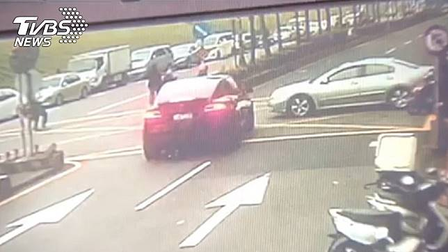 新北市蘆洲區發生重大車禍,2輛車不慎擦撞,事故波及1名12歲女童。(圖/TVBS)