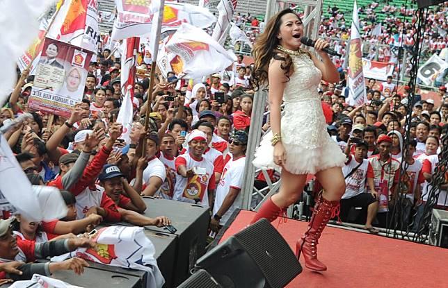 Salah satu penyanyi dangdut meramaikan kampanye Gerindra. Foto oleh Arie Basuki.