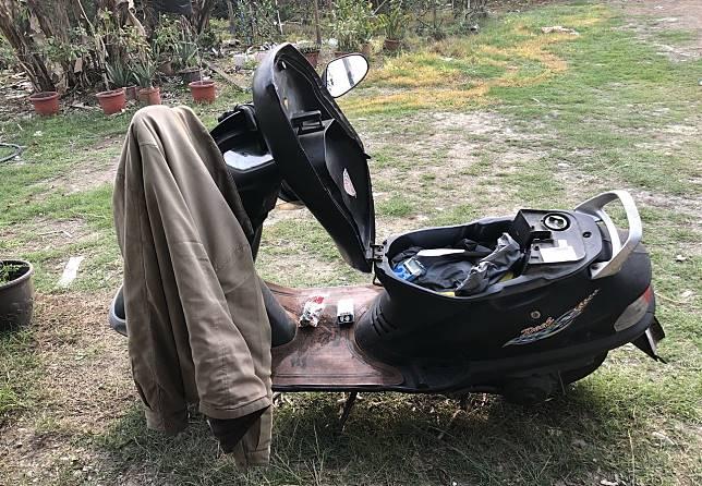 員林市大饒路一處偏僻的草地失火,警方發現1具焦屍和1輛機車。記者何烱榮/攝影