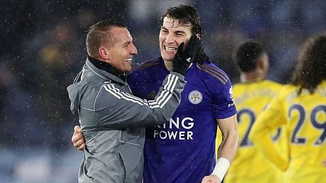 Pemain Leicester City, Caglar Soyuncu berselebrasi dengan pelatih Leicester, Brendan Rodgers usai mengalahkan Arsenal dalam laga lanjutan Liga Inggris di Stadion King Power, Inggris, 9 November 2019. Reuters/Carl Recine