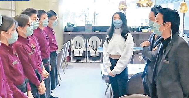 林夏薇戴上口罩落店 為員工打氣。