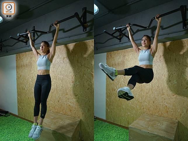 Hanging Flutter Kicks:開始時同樣將身體懸垂於橫杆之上,將雙腿提升與身體成直角,左右腳不停上下交疊,可以集中鍛煉到腹肌、下腹肌及髖屈肌。(胡振文攝)