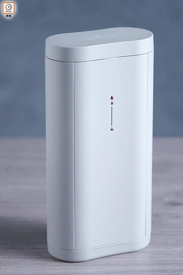 丹麥設計的Ice Breaker便攜式製冰機,在頂部注水再放入冰格就能製冰,密封式設計令冰塊不會吸收冷凍氣味。(張群生攝)