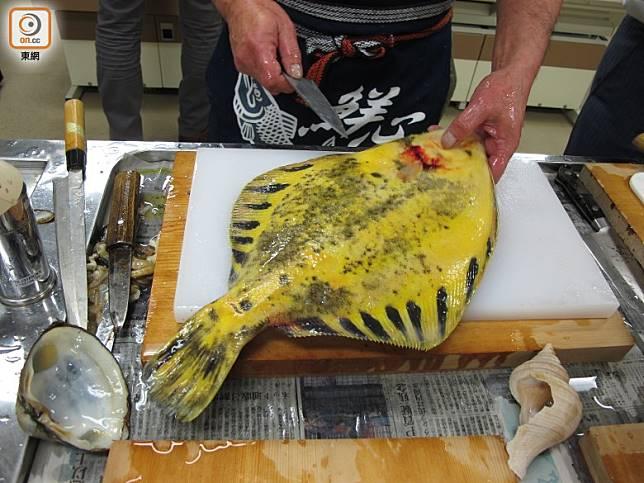 魚師傅只花半分鐘刀功,便把整條魚去骨削皮,好神奇。(劉達衡攝)