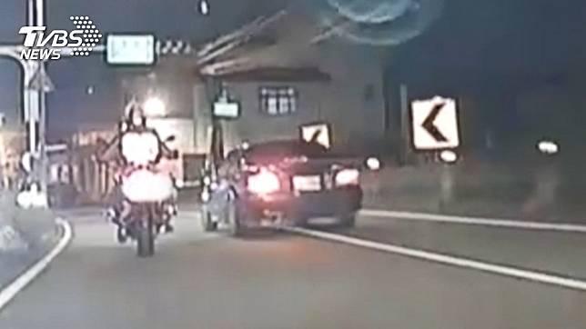 我哪裡錯?騎士停紅燈被嗆 遭拉下重機