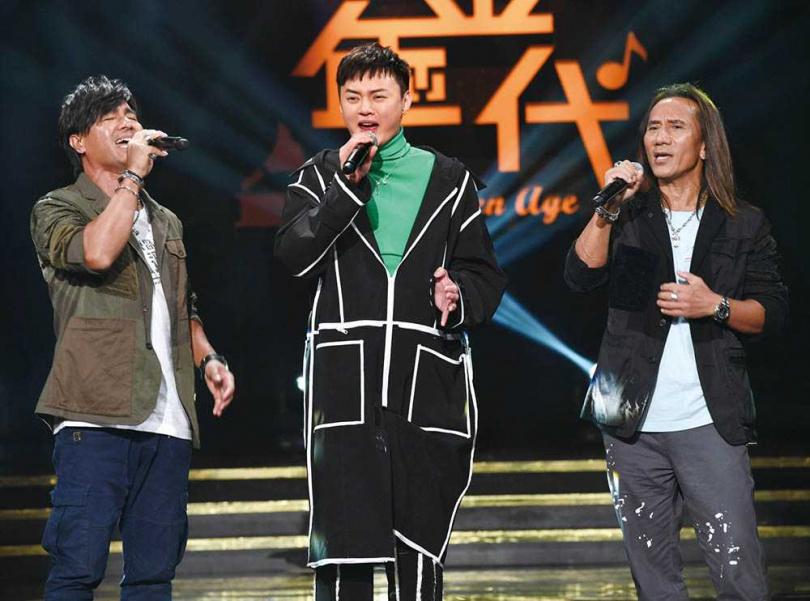 除了歌唱事業,許富凱也曾跨足主持歌唱節目《黃金年代》。左-尤秋興,右-顏志琳。(圖/華視提供)