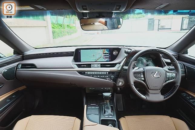 中控台設計保持一貫豪華簡約風格,配上12.3吋多媒體屏幕及聲控導航功能。