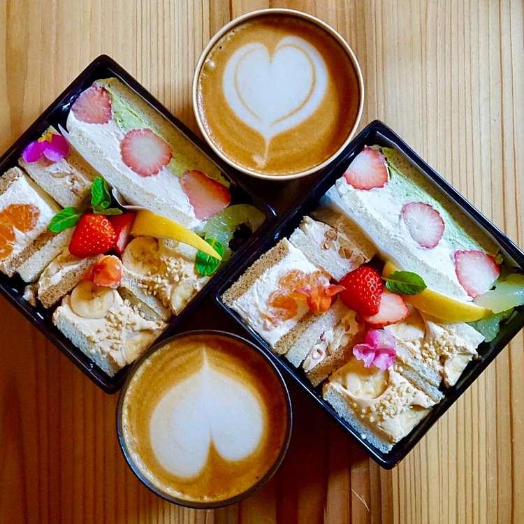 クルクルさんが実際訪問した後作成した下馬町カフェカフェ アットモスの口コミを含む「京都カフェの季節のフルーツサンド」に関する写真