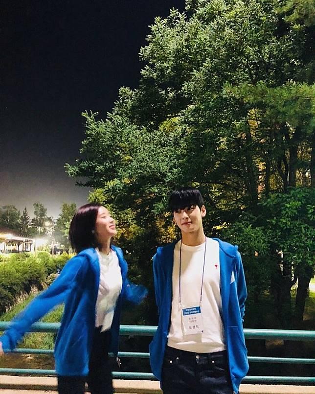 10 Potret Kedekatan Eunwoo dan Soo Hyang di Balik Drama, Gemas!