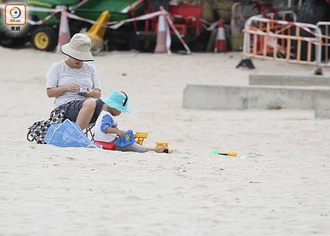 為預防鉤蟲千萬不要赤腳行走,若需久坐、躺臥亦要鋪上沙灘墊。