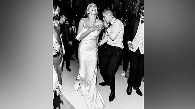 Gaun ketiga Hailey Baldwin rancangan Vera Wang yang digunakan dalam upacara pernikahan. Instagram/@stylememaeve