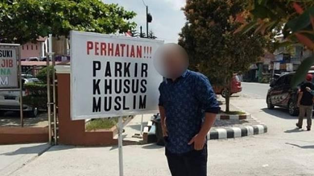 Rambu parkir yang viral di media sosial. (Facebook)