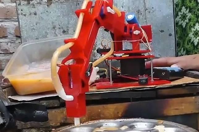 Agung Budi Wibowo, pemuda asal Desa Kedung Karang Dalam, Kecamatan Banyuurip, Kabupaten Purworejo, Jawa Tengah, menciptakan sebuah robot mini pembuat telur dadar. (Tangkap layar AntaraTV)