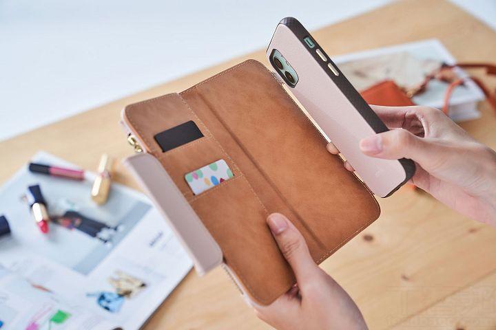 SnapTo Crossbody Wallet磁吸式斜背三用手機包,在內層裡也設置 SnapTo 金屬鐵片,因此可以隨時磁吸使用 SnapTo 的手機殼。