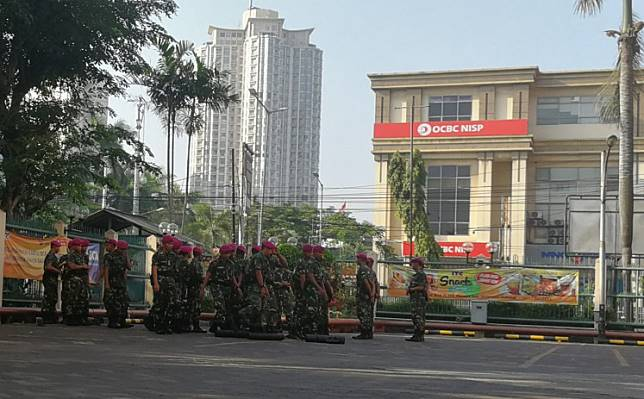 """Military personnel prepare to safeguard a shopping center in West Jakarta on Thursday amid heightened security in the capital after the General Elections Commission officially declared President Joko """"Jokowi"""" Widodo the winner of last month's presidential election. Thousands of supporters of Prabowo Subianto and Sandiaga Uno held a rally in front of the Elections Supervisory Agency's headquarters on Jl. Thamrin in Central Jakarta on Tuesday, calling for the disqualification of Jokowi from the election because of allegations of electoral fraud."""