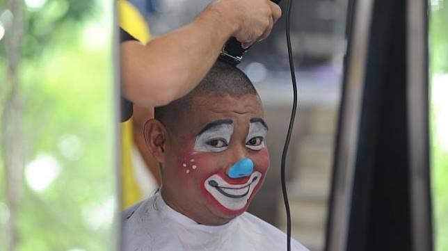 Badut menggunduli rambutnya untuk berdonasi bagi anak-anak penderita kanker di Gandaria City Mall, Jakarta, Minggu (16/2).  [ANTARA FOTO/Indrianto Eko Suwarso]