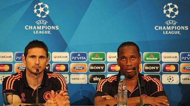 Frank Lampard (kiri) bersama Didier Drogba saat sama-sama masih memperkuat Chelsea sebagai pemain pada 2012 silam. [AFP PHOTO / UEFA / STUART FRANKLIN]