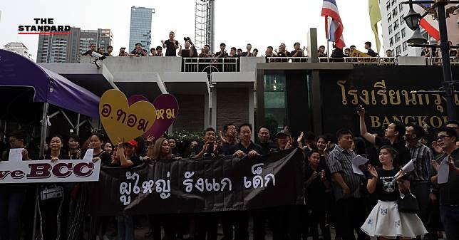 รวมพลังแต่งชุดดำประท้วง #SaveBCC ปมย้าย ผอ. กรุงเทพคริสเตียน