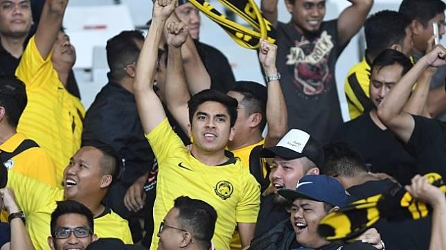 Menteri Belia dan Sukan Malaysia Syed Saddiq Abdul Rahman (tengah) memberi dukungan pada timnas Malaysia saat melawan timnas Indonesia pada Kualifikasi Piala Dunia 2022 Grup G Zona Asia di Stadion Gelora Bung Karno (GBK), Senayan, Jakarta, Kamis (5/9/2019). Timnas Indonesia dikalahkan timnas Malaysia dengan skor 2-3. ANTARA FOTO/M Risyal Hidayat