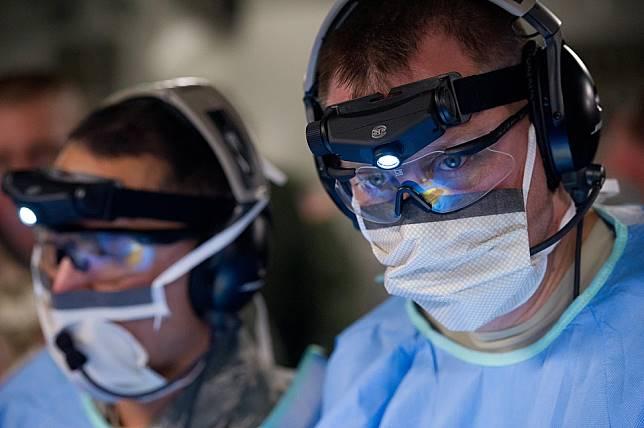 活性碳口罩效果比外科口罩好?  戴錯了當心無法阻絕細菌