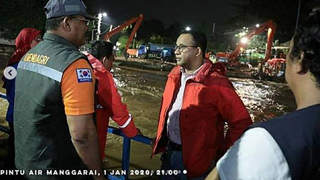 Gubernur DKI Jakarta, Anies Baswedan berkordinasi dengan sejumlah petugas saat meninjau derasnya air di Pintu Air Manggarai di Jakarta, 1 Januari 2020. Berdasarkan data Badan Nasional Penanggulangan Bencana (BNPB) per 2 Januari 2020, terdapat 63 titik banjir di wilayah DKI Jakarta dan secara keseluruhan terdapat 169 titik banjir untuk Jabodetabek dan Banten. Foto/Instagram/Aniesbaswedan