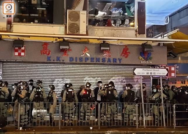 警方在砵蘭街截查一批市民。(袁志豪攝)