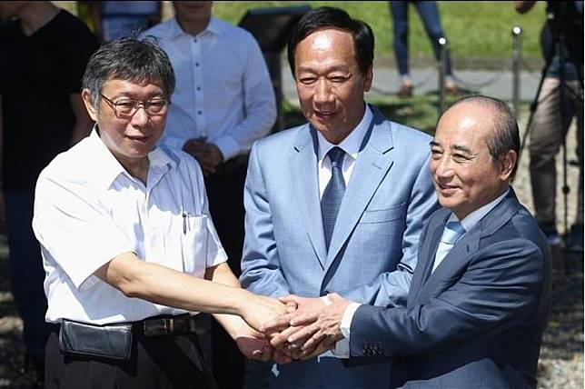 台北市長柯文哲(左起)、鴻海創辦人郭台銘、前立法院長王金平823合體。(資料照片,杜宜諳攝)