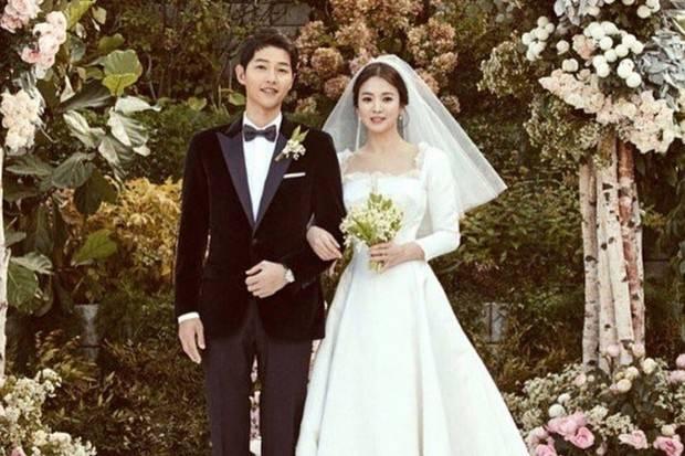 sempat dibantah, akhirnya agensi dari Song Joong Ki dan Song Hye Kyo mengumumkan bahwa mereka bertunangan dan menikah pada Oktober 2017