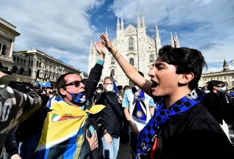 Inter Milan Juara, Suporter Berpesta di Pusat Kota & Konvoi di Jalan