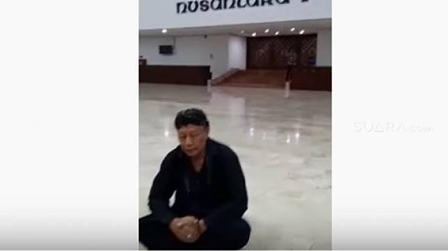 Sebuah video orang yang mengaku bernama Ki Sabdo menggelar ritual di gedung DPR/MPR, persisnya di lobi Nusantara V, Senayan, Jakarta, viral di YouTube, Jumat (18/10/2019). [YouTube]
