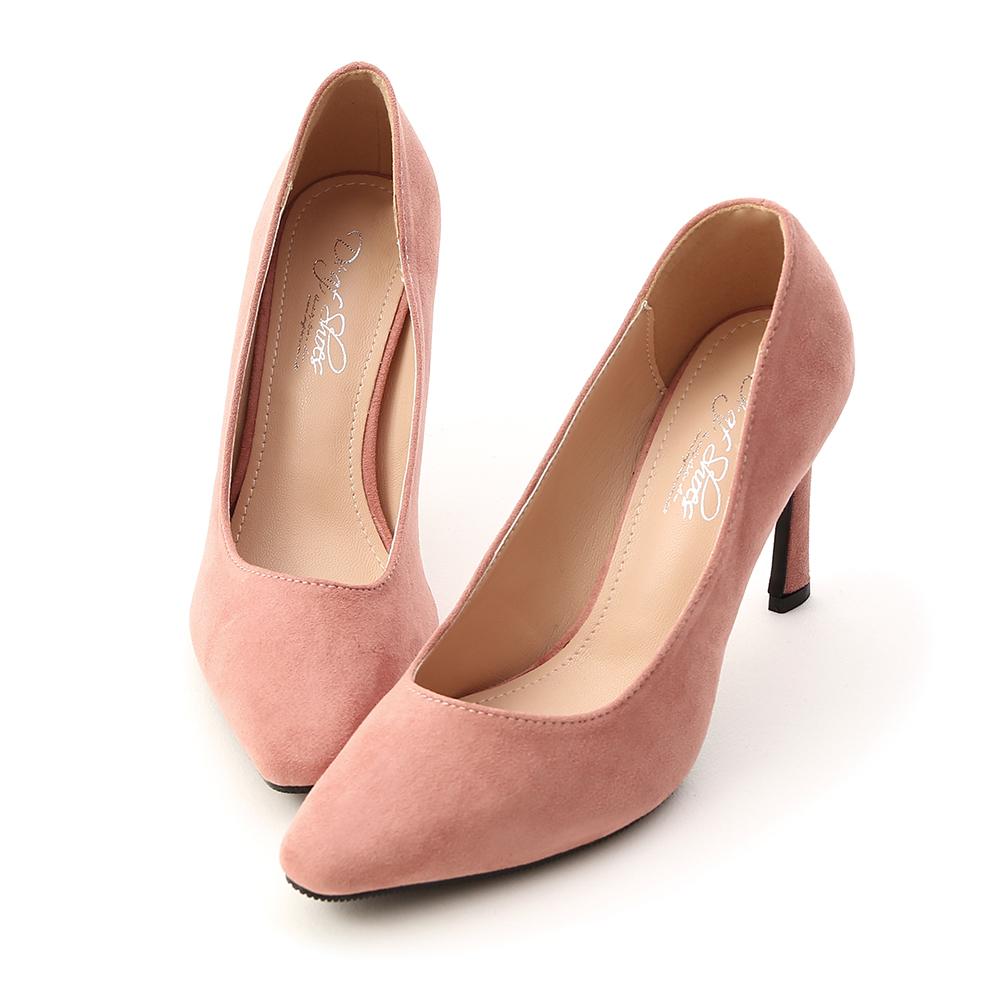 .鞋櫃裡一定要擁有的百搭跟鞋 .鞋面選用高質感的麂絨材質 .優雅尖頭鞋楦具有修飾腳形的效果 .簡單的素面造型具有高度的搭配性 .獨特的鞋跟形狀讓整體質感加分 .9cm的美形細跟巧妙修飾腿部曲線 .採用