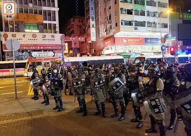 大量防暴警在街頭駐守。(文健雄攝)
