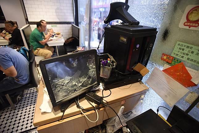 電腦亦被打爛。