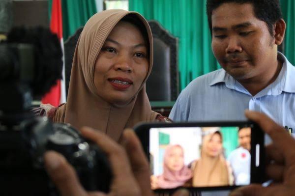Terpidana kasus pelanggaran UU ITE Baiq Nuril (kiri)
