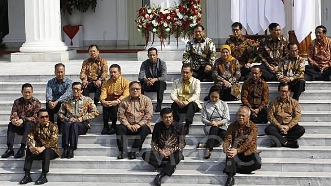 Sejumlah Menteri Kabinet Indonesia Maju Periode Tahun 2019-2024 berpose santai di Verdana Depan Istana Merdeka, Jakarta, Rabu 23 Oktober 2019. TEMPO/Subekti.
