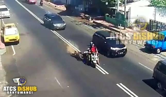 Video Yamaha NMAX Diseruduk Honda Vario, Tetap Tegar Serasa Kayak