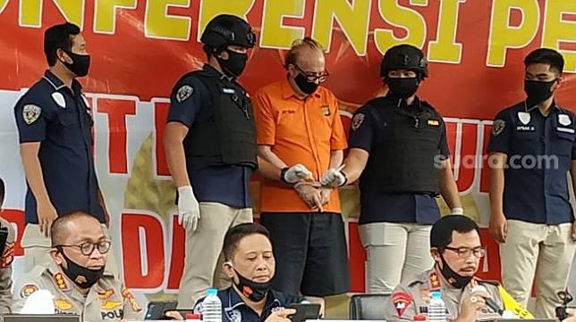Direktorat Reserse Kriminal Umum Polda Metro Jaya mengungkap kasus eksploitasi secara ekonomi dan atau seksual (child sex groomer) terhadap 305 anak di bawah umur yang dilakukan seorang warga negara Perancis bernama Francois Abello Camille alias FAC (65). (Suara.com/M. Yasir)