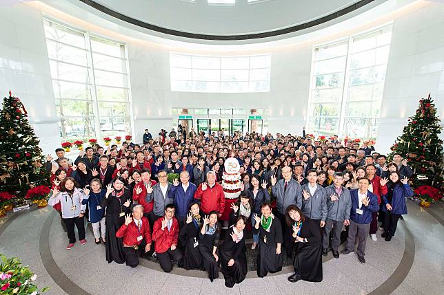 ▲為了感謝員工,旺宏董事長吳敏求在30周年會上宣布,每人發1萬元紅包,共計撒出4000萬元。(圖/旺宏提供)