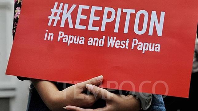 Aliansi SAFEnet menunjukkan poster tuntutan saat menggelar aksi solidaritas di depan Kementerian Informatika dan Komunikasi di Jl Tanah Merdeka, Jakarta, Jumat, 23 Agustus 2019. Kominfo mengumumkan pemblokiran data di Papua dan Papua Barat, bertujuan untuk mempercepat proses pemulihan situasi keamanan dan ketertiban di Papua dan sekitarnya. TEMPO/Hilman Fathurrahman W