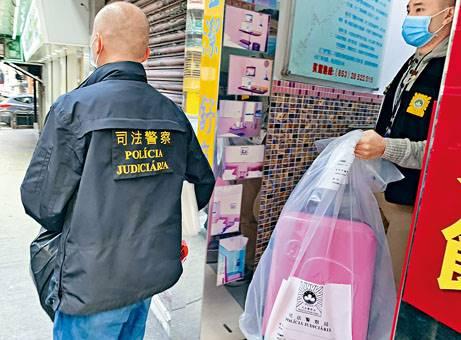 ■司警檢走行李箱。
