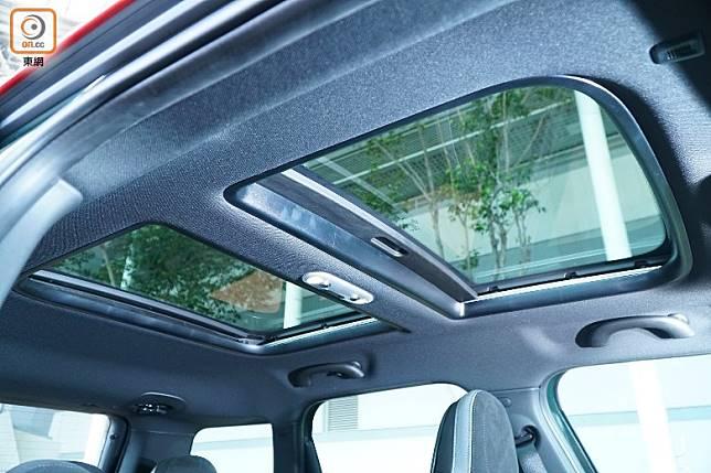 配備前天窗後天幕,令車廂更感開揚。(莫文俊攝)