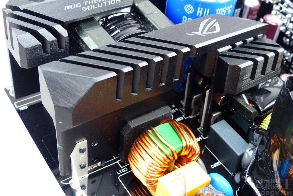 2 個橋式整流器以並聯方式夾住 ROG Thermal Solution 散熱片,因角度關係無法判斷型號