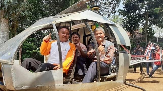 Pembuat helikopter amatir Jujun Junaedi (kiri) dan peneliti LAPAN Teuku Mohd Ichwanul Hakim dan Kepala Bagian Humas LAPAN Jasyanto berada di dalam helikopter buatan Jujun di Sukabumi, Jawa Barat, Selasa (19/11/2019). [Antara/Prisca Triferna]